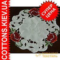 Белоснежная круглая салфетка с красными розами 30*30