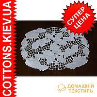 Нежно кружевная  белая салфетка с белыми лепестками роз 30*45