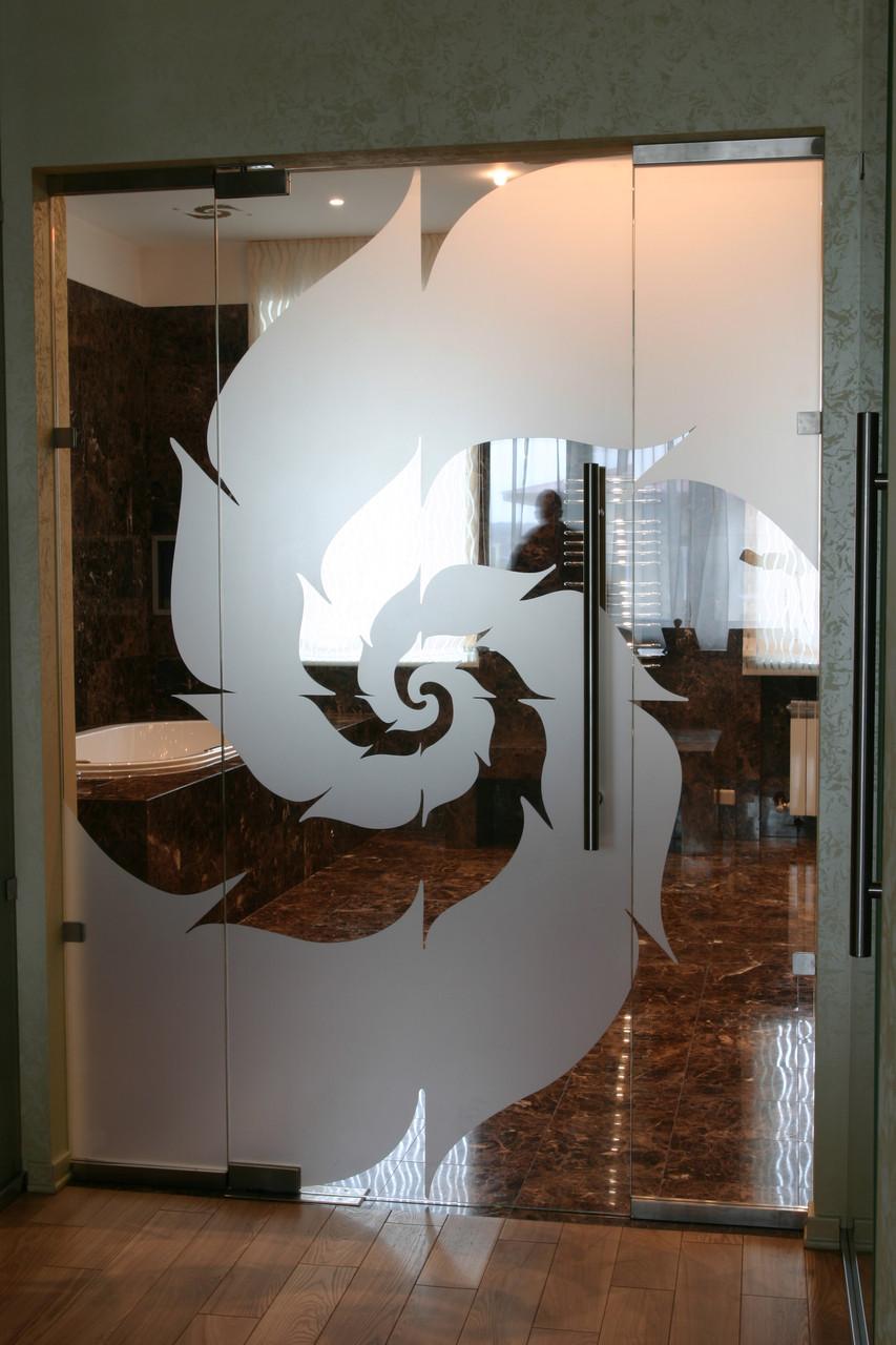 Распашная дверь стеклянная с глухими частями (цельностеклянные конструкции)