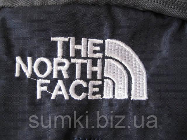 Вышитый логотип The North Face на фасаде рюкзака