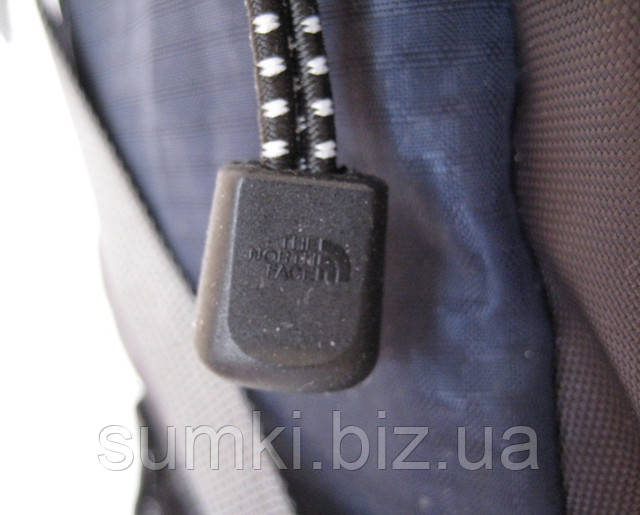 логотип The North Face а аксессуарах рюкзака