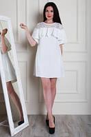 Оригинальное молочное платье прямого кроя, с воланами и гипюром