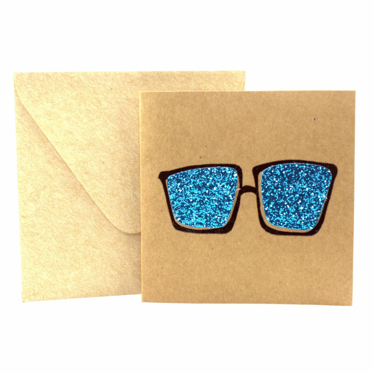 """Открытка """"Очки"""" из крафт картона декорированная блестками + конверт"""