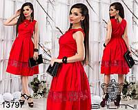 Пышное летнее платье декорировано шнуровкой и вставками органзы.