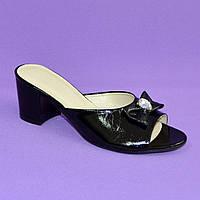 Босоножки женские лаковые черные на устойчивом каблуке, декорированы бантиком и фурнитурой