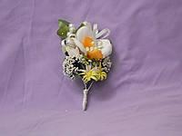 Свадебная бутоньерка из орхидеи белая с оранжевым