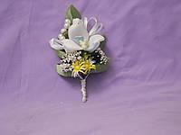 Свадебная бутоньерка из орхидеи белая с голубым
