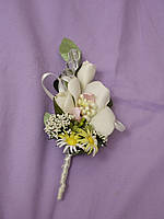 Свадебная бутоньерка из орхидеи бежевая  с нежно-розовым