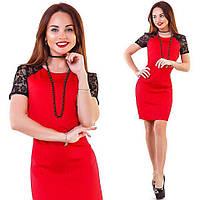 Модное женское красное платье с гипюровыми плечами и жемчужными бусами . Арт-1260/38