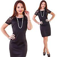 Модное женское черное платье с гипюровыми плечами и жемчужными бусами . Арт-1260/38