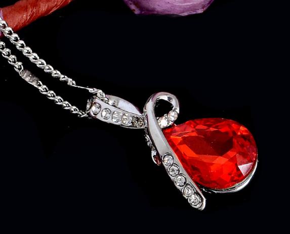 Стильная цепочка с кулоном, красным камнем