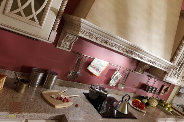 Кухня ванильного цвета с коричневой патиной