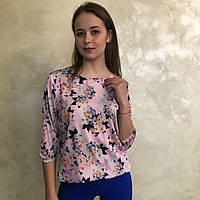 Шелковая блузка розового цвета и цветным рисунком