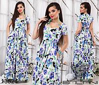 Платье в пол с яркими цветами.