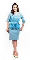 Нарядно платье с кружевом и баской голубое