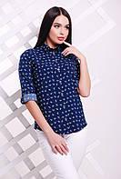 Блузка в рубашечном стиле с рукавом-трансформером и нежным принтом темно-синяя