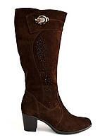 Женские коричневые замшевые сапоги на устойчивом каблуке, декорированы накаткой камней и фурнитурой. Батал.
