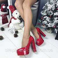 Красные лакированные туфли на толстом каблуке