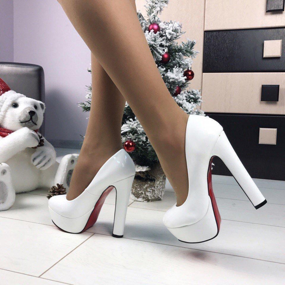 f4639c142 Белые лакированные туфли с красной подошвой,реплика Cristian  Loboutin(лабутен),каблук,