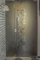 Стеклянная перегородка с маятниковой дверью из серого закаленного стекла