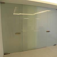 Стеклянная перегородка с маятниковой дверью из матового закаленного стекла