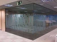 Стеклянная перегородка из серого закаленного стекла
