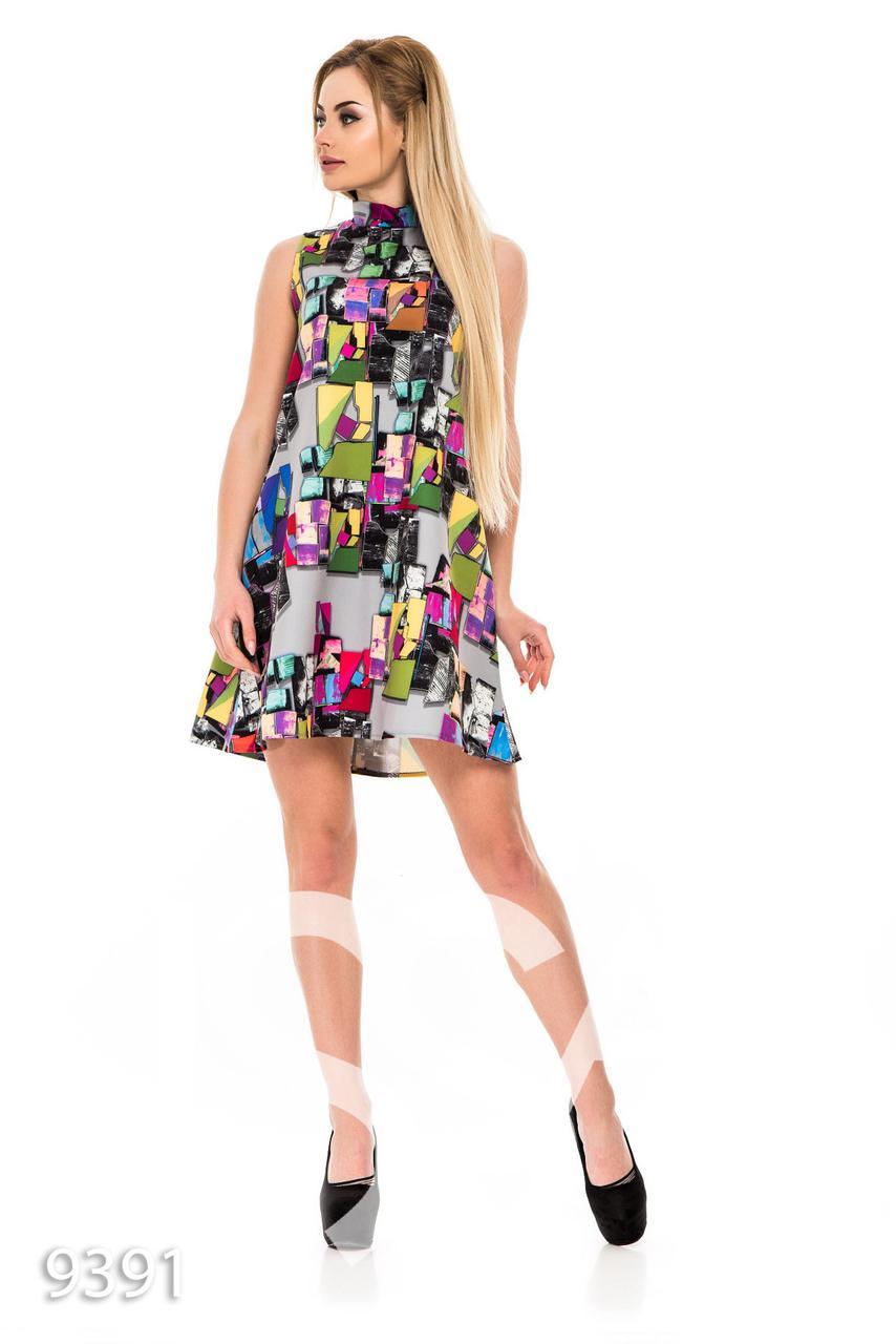 Летнее платье А-силуэта без рукавов с цветным геометрическим принтом