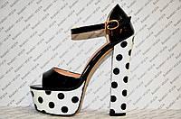 Босоножки стильные на толстом устойчивом каблуке лаковые черного цвета горошек
