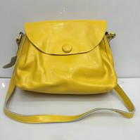 Небольшая кожаная сумочка желтого цвета