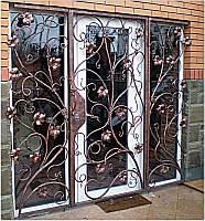 Кованая открывающаяся решетка на двери. Эксклюзивная ручная ковка.