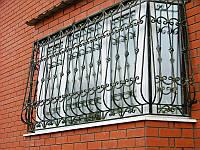 Кованая, выпуклая решетка на балкон. Возможна доставка и установка.