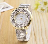 Наручные часы в камнях с белым ремешком