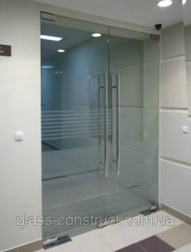 Стеклянная перегородка с двумя маятниковыми дверьми из закаленного стекла с матовым рисунком