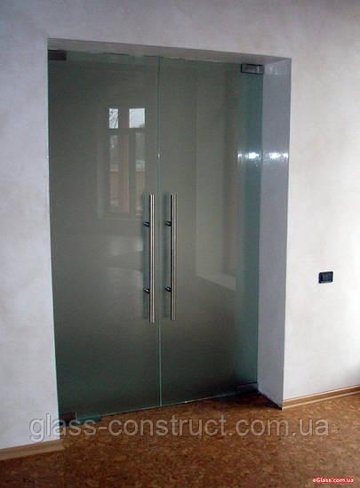 Стеклянная перегородка с двумя маятниковыми дверьми из матового закаленного стекла