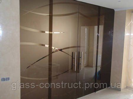 Стеклянная перегородка с двумя маятниковыми дверьми из бронзового закаленного стекла