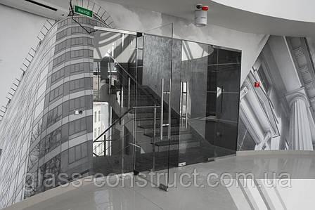 Стеклянная перегородка с двумя маятниковыми дверьми из серого закаленного стекла