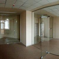 Стеклянная перегородка смаятниковой дверью и фрамугой из прозрачного закаленного стекла