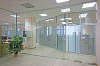 Стеклянная перегородка сдвумя маятниковыми дверьми и фрамугой из прозрачного закаленного стекла