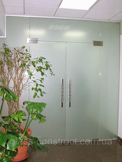Стеклянная перегородка сдвумя маятниковыми дверьми и фрамугой из матового закаленного стекла