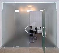Стеклянная перегородка сдвумя маятниковыми дверьми и фрамугой из закаленного стекла с матовым рисунком