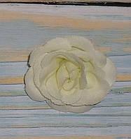 Головка мини розы молочного цвета
