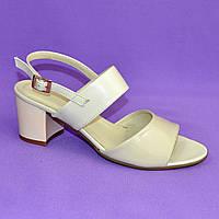 Женские бежевые босоножки на невысоком устойчивом каблуке. Натуральная кожа и лаковая кожа. 37 размер