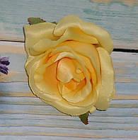 Головка розы желтая
