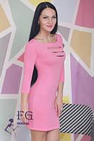 Приталенное платье с вырезом на груди