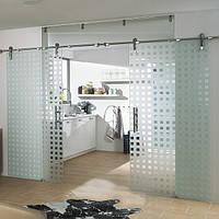 Стеклянная дверь двухстворчатая раздвижная открытого типа из закаленного стекла с матовым рисунком