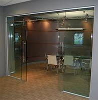 Стеклянная дверь двухстворчатая раздвижная открытого типа из прозрачного закаленного стекла