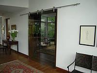 Стеклянная дверь двухстворчатая раздвижная открытого типа из серого закаленного стекла