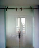 Стеклянная дверь двухстворчатая раздвижная открытого типа из матового закаленного стекла
