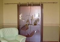 Стеклянная дверь двухстворчатая раздвижная открытого типа из бронзового закаленного стекла