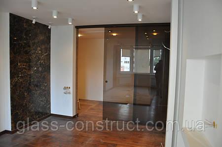 Стеклянная дверь одностворчатая раздвижная закрытого типа из бронзового закаленного стекла
